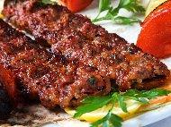 Класически турски Адана кебап с кайма от телешко и агнешко месо, лук и печени червени чушки